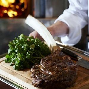 肉汁あふれるダイナミックな最高級和牛「トマホーク」 六本木で堪能