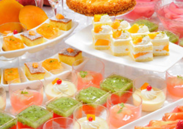 3000円以下の夜スイーツビュッフェ 夏は「桃&マンゴー」フェア