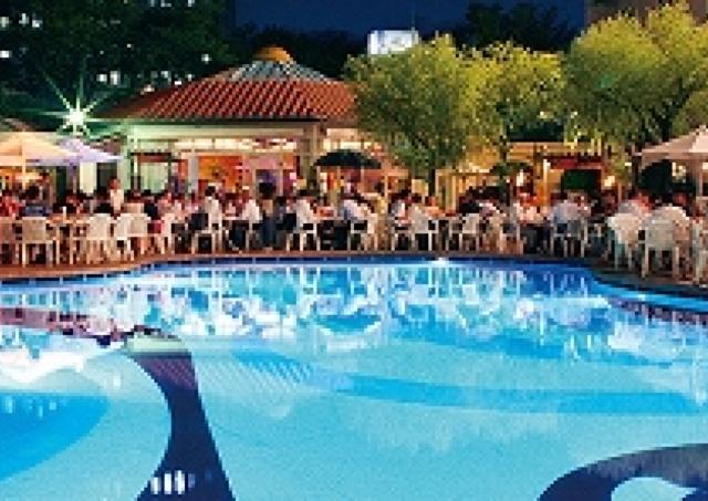 時間無制限で食べ&飲み放題 リゾート気分の「プールサイドビアガーデン」