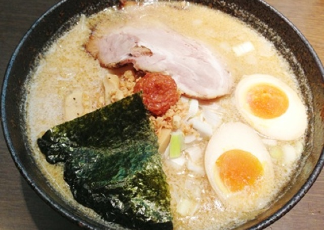 こってり濃厚な白みそスープ 池袋の北海道らーめん「久楽」の満腹レポ