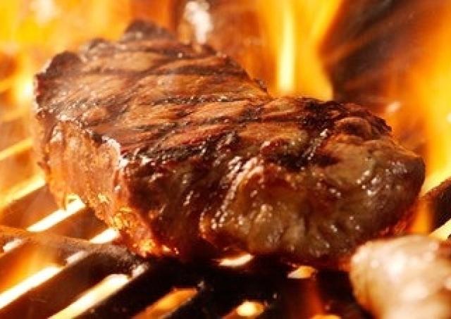スタミナたりてる? 巨大「肉フェス」で世界の肉料理を食べつくす