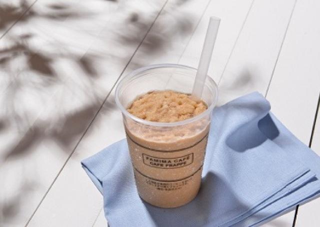 冷た~いかき氷に熱々コーヒーが染み込む ファミマの新食感フラッペ完成