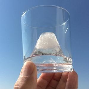 グラスの中には雪化粧した富士山 製氷機「FUJI ON THE ROCK」