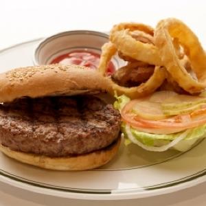「ハンバーガーの日」記念 ウルフギャング・ステーキハウス「クラシックバーガー」平日限定で1000円引き