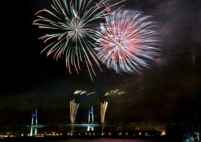 3000発の花火とイルミ船... 夏を彩る「横浜スパークリングトワイライト2014」