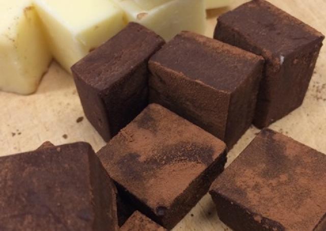 男のブラック vs. 女のホワイト ナチュロの「オトナの生チョコ」食べ比べ
