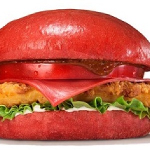 ついに赤の襲来!衝撃の「赤バーガー」誕生 バーガーキングで「赤 vs.黒」対決か