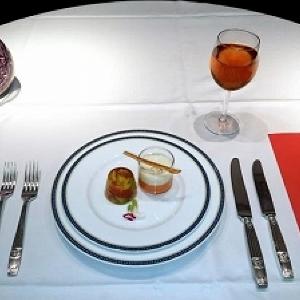ナイフとフォークで食べるマクドナルド 「レストラン・エム」一夜限りのオープン