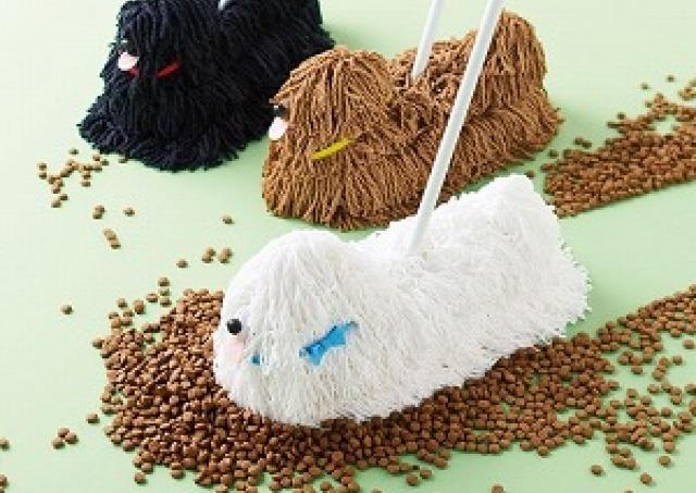 お散歩中?いえいえ、お掃除中です! もふもふモップ犬がお部屋キレイにするワン