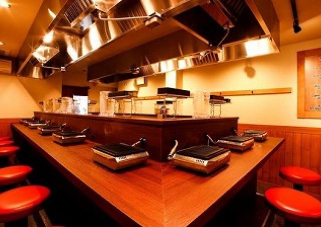 「ひとり焼肉」の新聖地 1枚50円からのカウンター専門焼肉店オープン