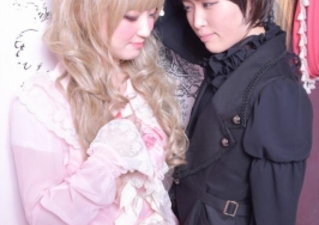 女友達と「ロリィタ服でカップルごっこ」 憧れの「壁ドン」写真に残せます