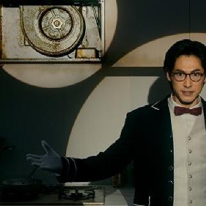 ディーン・フジオカ新CMで「家事シェルジュ」に就任 メガネ、白手袋、黒コート姿にうっとり