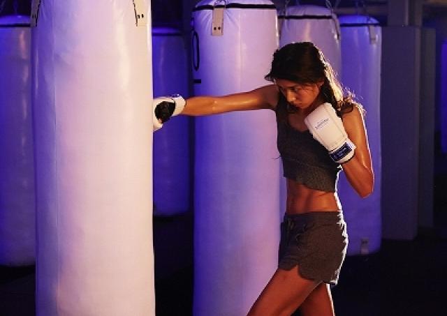 暗闇と音楽の中、ひたすらサンドバッグを打つ! NYで話題の「暗闇ボクシング」銀座に上陸