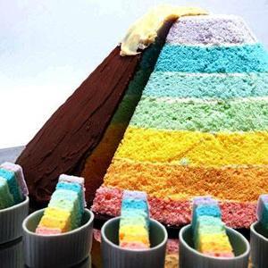 頂上からいただきます 東京第一ホテルに7色に輝く巨大な「虹山ケーキ」が出現!