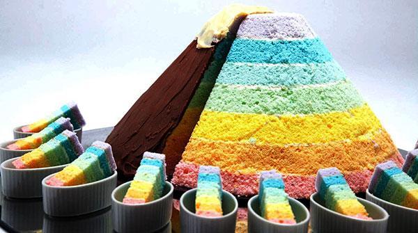 东京第一酒店巨大七色彩虹山蛋糕缤纷亮相!