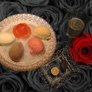美しいバラ色ソルベ 完全予約制のイルサンジェー東京ブティックでしか食べられないアイスプレート