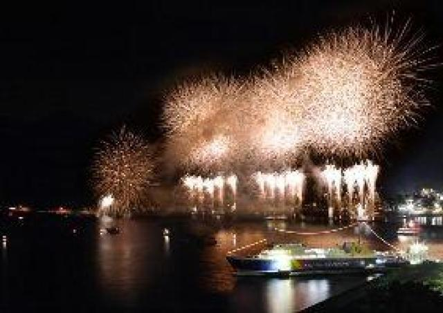 迫力の大空中ナイアガラを特等席で「土肥港花火クルーズ2016」