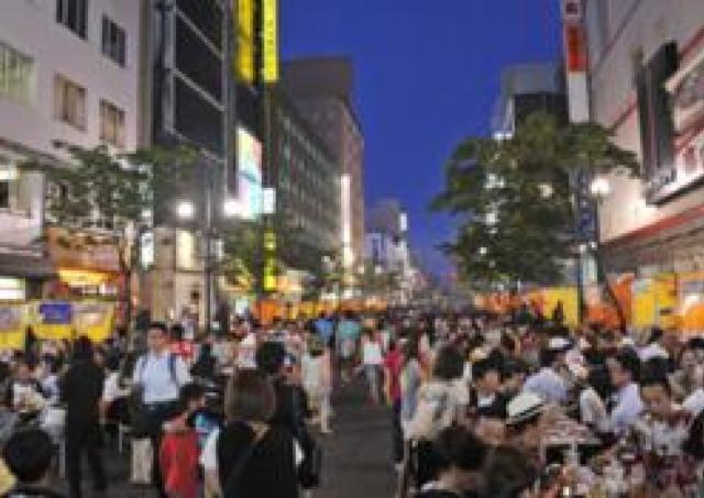 すすきののメインストリートに100軒の屋台が出現!「すすきの祭り」