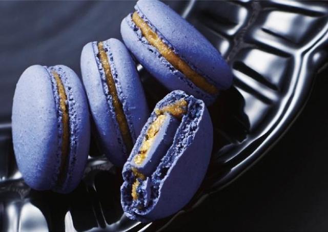 これは絶対食べたい!魅惑の青チョコ「マカロン」 幸福のチョコレートで予約スタート