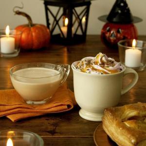 紫イモのホイップとパンプキンソースたっぷり! タリーズのハロウィンラテがおいしそう