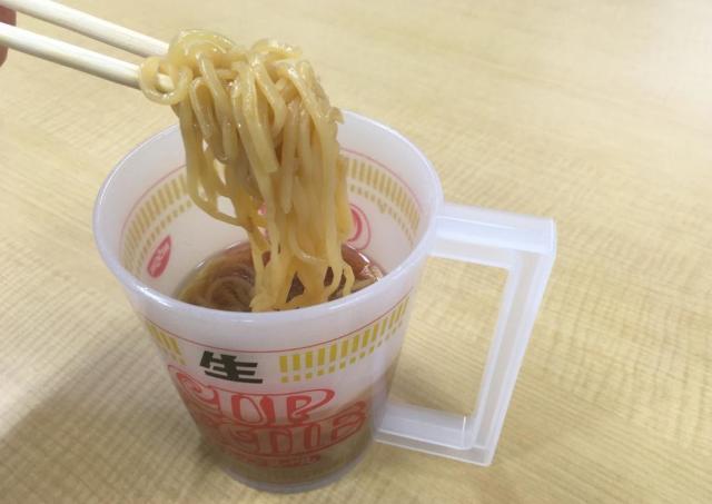 お湯がいらない「生カップヌードル」 非売品のお宝アイテムを食べてみた