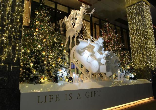 銀座三越からメリークリスマス! サンタとトナカイの巨大イルミに銀座もうっとり
