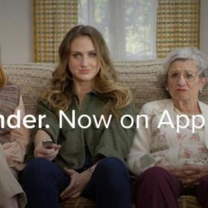女友達のアドバイスを受けながらマッチング体験 アプリ「Tinder」がApple TVに登場