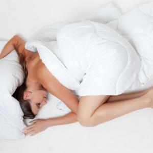 全裸で寝るといい? シワやたるみ、くすみを深刻化させない7つのテク