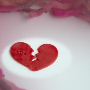 フラれるとリアルに体が痛くなる 「恋の痛手」のメカニズムを科学的に証明