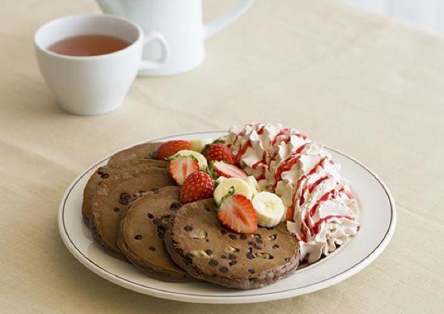 Eggs'n Thingsで過ごすバレンタイン チョコづくしの「トリプルチョコレートブラウニーパンケーキ」