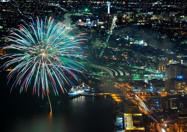 澄んだ函館の冬空に、2000発の花火が弾ける