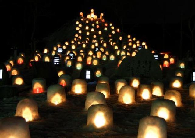 奥津温泉街を彩る、雪景色と柔らかなキャンドルの灯火