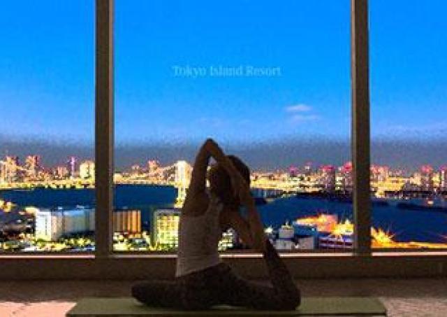 日々のストレスを解放! 東京湾の絶景夜景を眺めながらの贅沢なヨガ