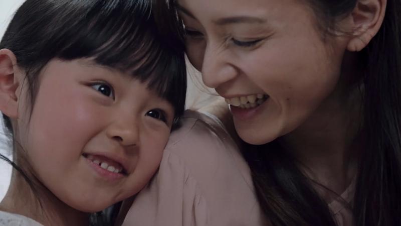 働くママは子供よりスマホと長い時間「ほおずり」 つい、我が子を避けてしまったママの声がきっかけの動画が公開