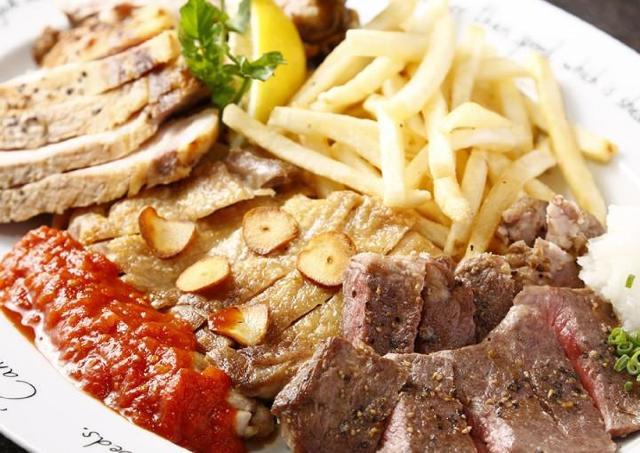 1ポンド超の「肉ビストロ盛り合わせ」が半額以下! プレミアムフライデーは肉三昧