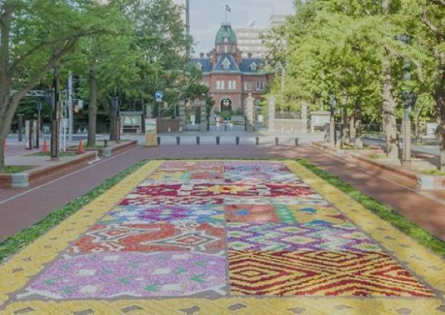花びらを敷きつめた巨大な絵を制作! 「フラワーカーペット」開催