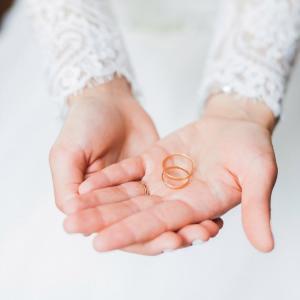 「SNS結婚報告」相次ぐ今 友人らがモヤっとするのは「例の書き出し」