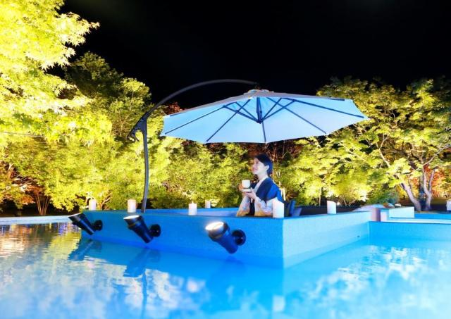 幻想的な水盤テラスでロマンチックなひと時を