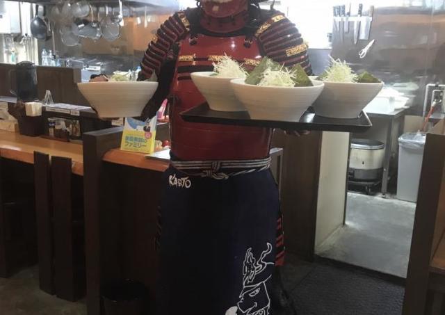 甲冑着た職人がラーメンを提供!? 札幌「らーめん兜」が珍サービス