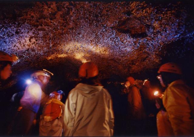 富士山の「おなか」の中を探検してみよう! 4日間の「富士山溶岩洞くつ探険」