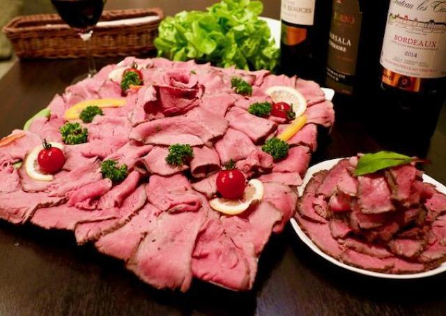 山盛りローストビーフ、衝撃の390円! 新宿の肉バルで感謝祭