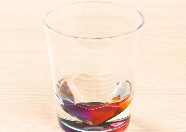 注いだ水が虹色に!? ニトリ399円タンブラーが大変美しい......