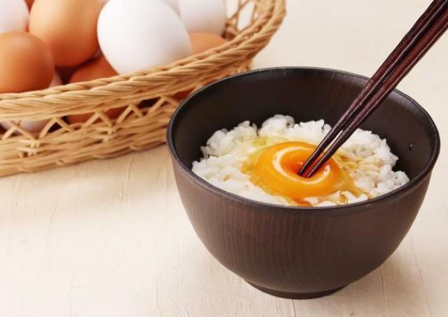 「卵かけごはん」食べ放題がタダ!  「ステーキのどん」など3チェーンで実施