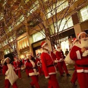 総勢200人!サンタクロースが丸の内を練り歩く恒例パレード