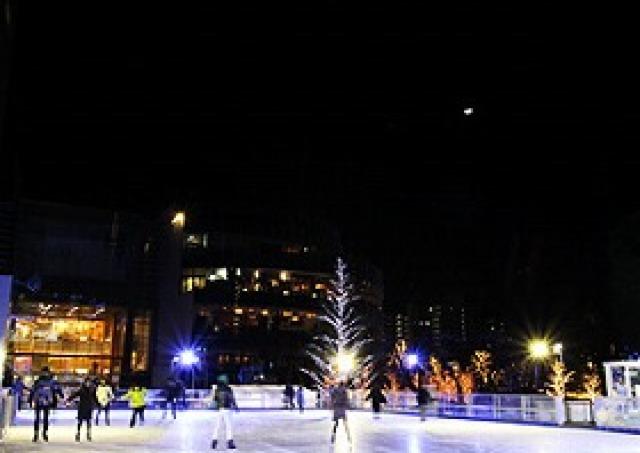 六本木に「都内最大級」スケートリンク出現