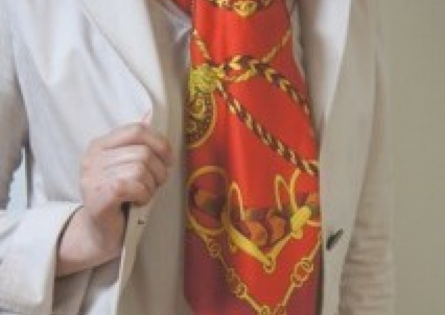 女の「品格」試される旬のスカーフ使い