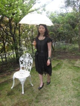 歩くときは、日傘の柄と体の中心を合わせて。このラインの延長上に足を出すようにするとキレイです