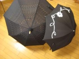 黒い日傘も最近はデザインがいろいろ