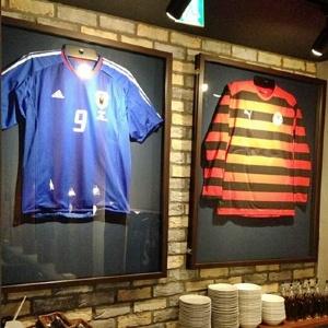 中古スニーカーがビールに変わる! 500円ピザ×サッカーのコラボレストラン誕生