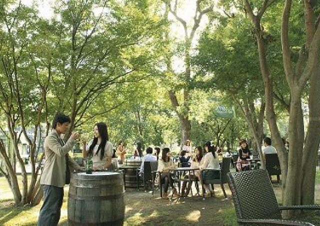 東京ミッドタウンに「白州」屋外カフェ 森香るハイボールで乾杯